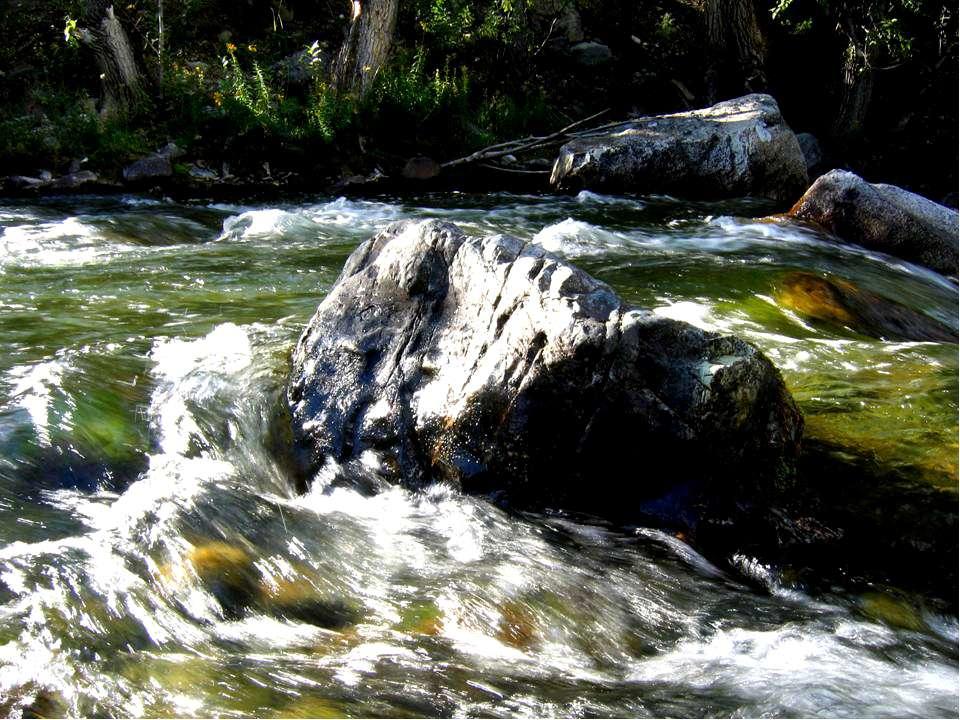 Большие валуны, которые не под силу десяткам людей, вода легко катит по дну р...