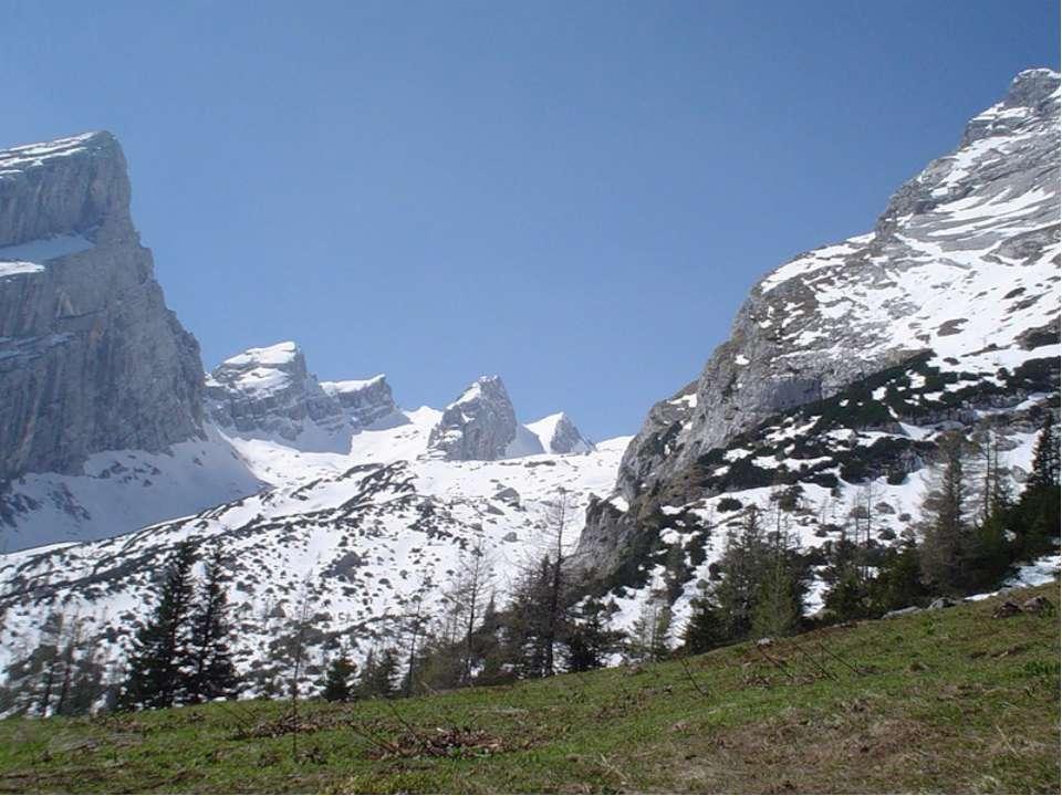 Высокие горы обычно окружают низкие горы и холмы. Их называют предгорьями