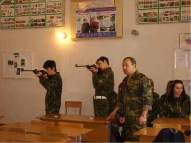 Выполнение стрельбы из пневматической винтовки МР-512 в положения стоя без уп...